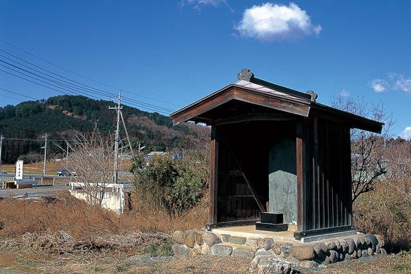 千手堂阿弥陀の又の板碑|写真 小さな覆い屋をつくって、今も大切に守られています。板碑にちなむ地名